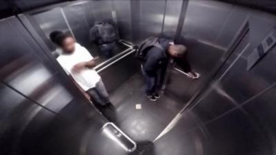Ils se retrouvent coincés dans un ascenseur avec un mec qui a la diarrhée