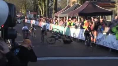 Une cycliste chute violemment à cause d'un spectateur