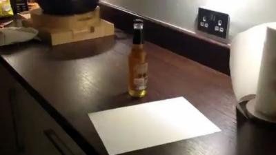 Décapsuler une bière avec une feuille de papier
