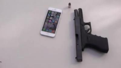 Un abruti détruit un Iphone 6 neuf en tirant une balle dedans