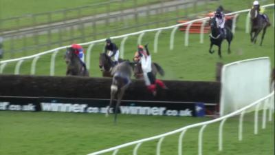 Un jockey fait une chute spectaculaire à 100m de l'arrivée