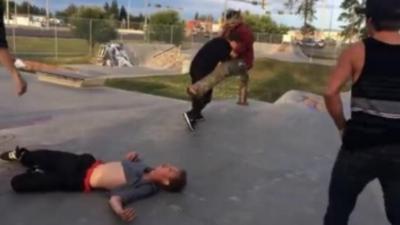Un skateur démonte deux mecs qui cherchent l'embrouille dans un skatepark