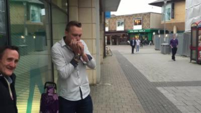 Un homme et son harmonica aide un SDF