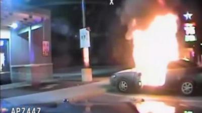 Un policier sauve un homme de sa voiture en flammes