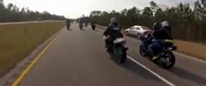 Une femme double par la droite des motards