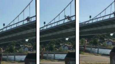 Deux jeunes débiles balancent d'un pont un ado qui ne sait pas nager