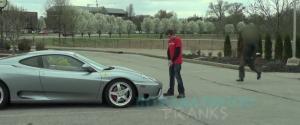 Pisser sur une Ferrari mal garé