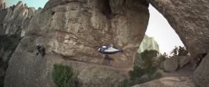 Alexander Polli passe dans le trou d'une montagne en Wingsuit à 250km/h
