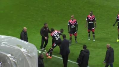 Un joueur de foot de Ligue 2 pète un câble et frappe ses partenaires
