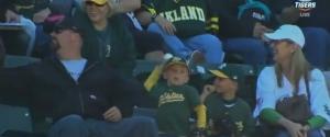 Un enfant jette une balle de baseball qu'on lui offre