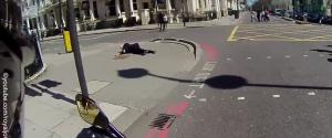 Un motard aide un vieil homme tombé par terre