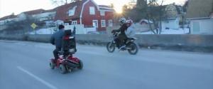 Un vieux fait n'importe quoi avec son scooter surboosté