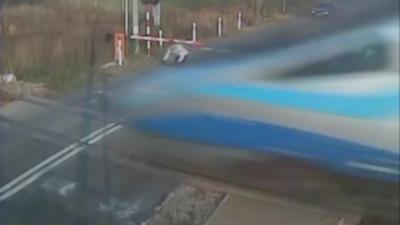 Un cycliste imprudent percute un train à un passage à niveau