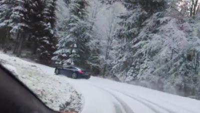 Une Audi R8 drift sur une route de montagne enneigée