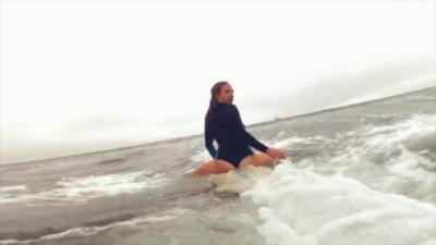 Des surfeuses avec un maillot de bain en body painting