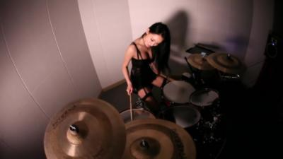 En lingerie, elle joue Guns N' Roses à la batterie