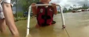 Un bébé de 7 mois qui fait du ski nautique