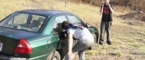 Un idiot tente de briser une vitre avec sa tête