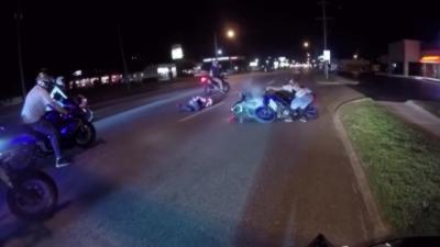 Un motard se croit tout seul sur la route et s'explose comme un idiot