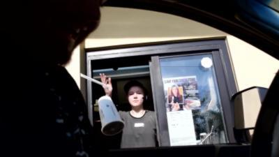 Une serveuse au drive n'apprécie pas du tout la blague du klaxon