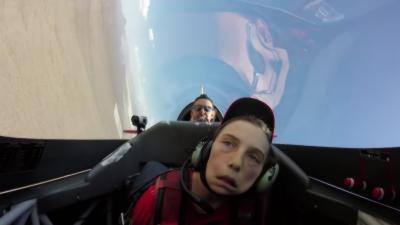 Un adolescent défi un pilote d'avion de chasse de le faire tomber dans les pommes