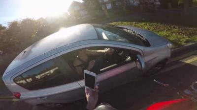 Un motard se venge d'un automobiliste peu respectueux