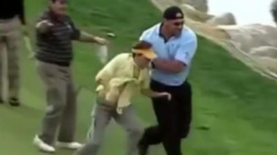 Un homme a la très mauvaise idée d'embêter le catcheur professionnel Bill Goldberg pendant qu'il joue au golf