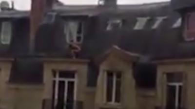 Un amant nu se cache sur les toits de Paris après l'arrivée du mari