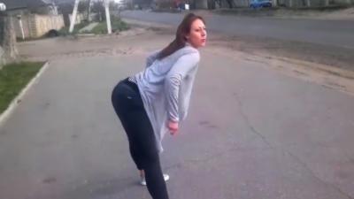 Une fille perturbe un automobiliste en dansant et provoque un accident avec un motard