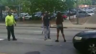 Un automobiliste qui veut arrêter une bagarre sur la route oublie quelque chose d'important
