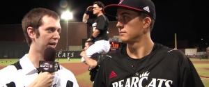 Des joueurs de Baseball qui s'amusent pendant des interviews