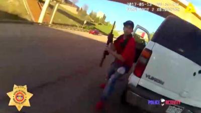 Un automobiliste sort une arme à feu lorsqu'un policier vient le contrôler