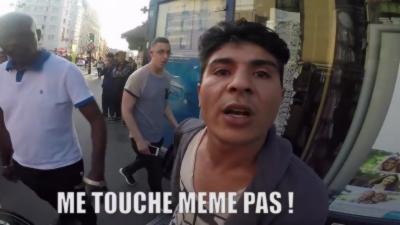 Un violent Road Rage entre un piéton et un motard dans une rue de Paris
