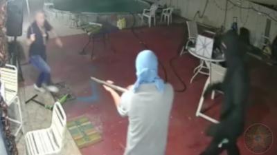 Le propriétaire d'une maison fait fuir 5 cambrioleurs alors qu'ils pointent une arme sur lui
