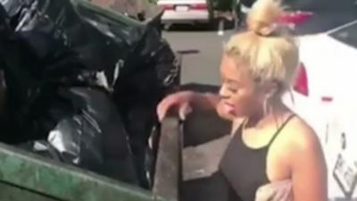 Pour 300 dollars elle accepte de lécher un conteneur à poubelles