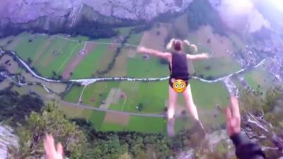 Une mannequin saute en Base Jump sans vêtements depuis une falaise en Suisse