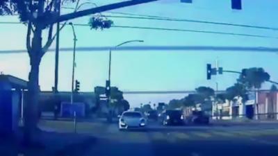 Quand une Porsche essaie de suivre l'accélération d'une Tesla Model S en virage