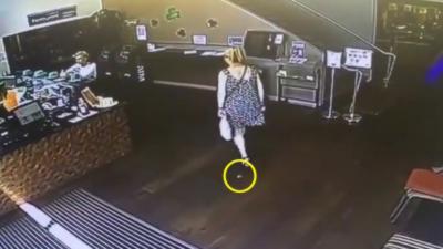 Une femme lâche une petite crotte dans un magasin et un client marche dedans quelques secondes après