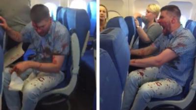 Un homme recouvert de sang pète complètement un câble dans un avion