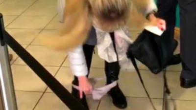 Une femme perd sa culotte au moment de retirer de l'argent au distributeur automatique