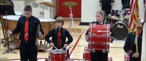 Réaction épique d'un enfant qui casse sa cymbale pendant l'hymne américain