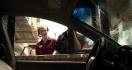 L'homme insible qui fait une commande au drive