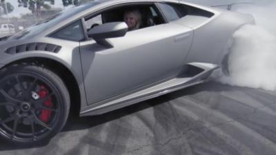 Quand une femme s'amuse à faire du drift avec une monstrueuse Lamborghini Huracán de 610 ch