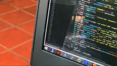 Un client coupe la connexion internet d'un autre client qui met la musique à fond dans un café