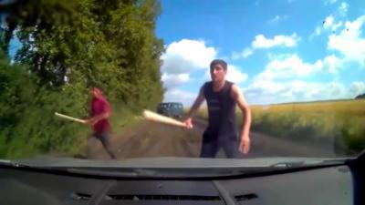 Un couple en voiture tombe sur deux hommes menaçant et armés de battes de baseball