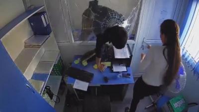 Un homme défonce la vitre de sécurité à coups de poing d'une agence de crédit pour la braquer