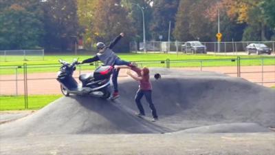 Une embrouille éclate entre un jeune qui roule en scooter sur un Pumptrack et un mec en trottinette