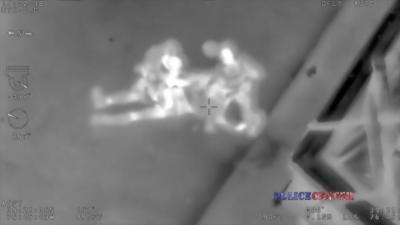 Un policier frappe violemment un suspect qui s'est rendu pendant qu'un hélicoptère filme la scène