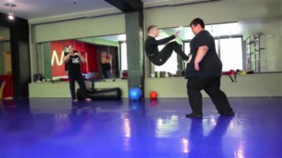Un combat entre un homme de 260 kg et un autre de seulement 60 kg