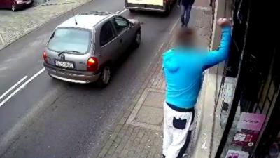 Un homme casse une vitrine et se fait méchamment rattraper par le karma